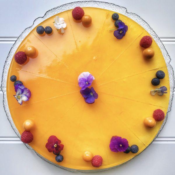Cheesecake med top af passionsfrugt